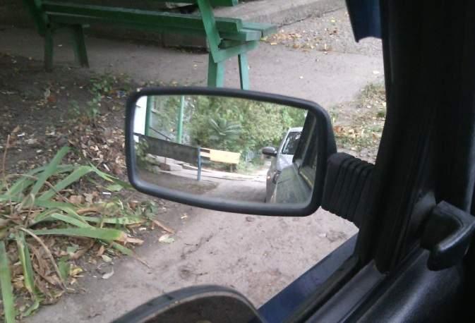 Для безопасной езды по городу правильно настраиваем левое зеркало