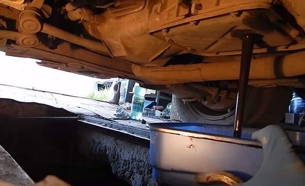 Как поменять масло в механической коробке передач на примере популярных авто