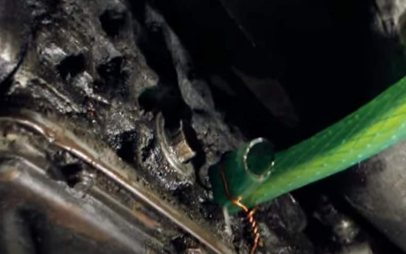 Второй конец шланга вставляем в заливное отверстие КПП