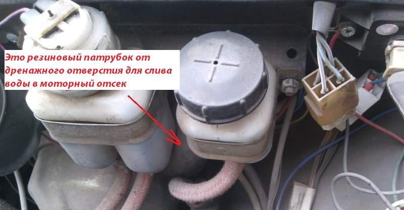 Патрубок дренажного отверстия для слива воды в моторный отсек