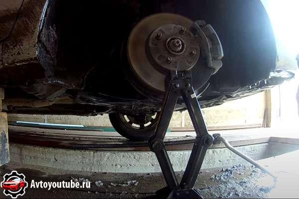 Поднимаем колесо домкратом для выравнивания нижнего рычага и появления зазора между ним и шаровой