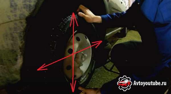 В каком направлении нужно шатать колесо для диагностики ступичного подшипника