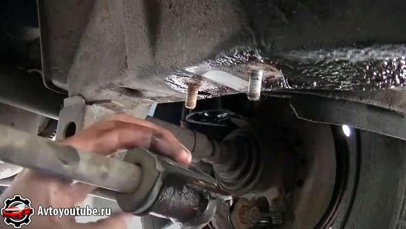 При замене стабилизатора поперечной устойчивости обязательно проверяем шпильки крепления к кузову